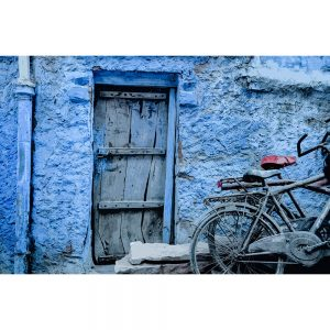 TM1572 bicycles wooden door blue