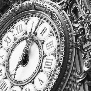 TM2661 paris guilt clock face mono