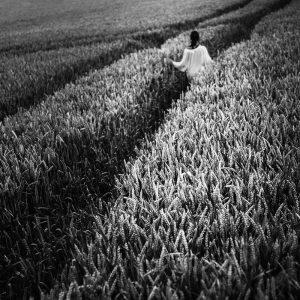 TM2922 girl crops path mono